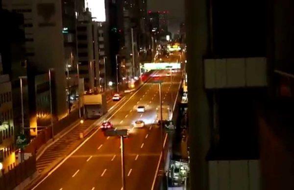 「スピード違反者を追跡するパトカー」を煽る走り屋