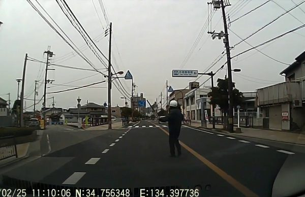 警官の制止を振り切って逃げたバイク