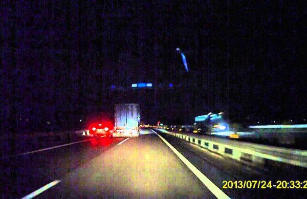 抜きにかかったトラックに合わせて加速するSUVに激怒の幅寄せ