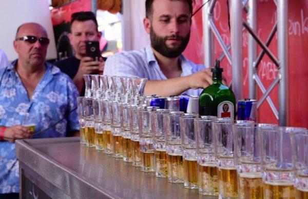 イエーガーボムを17杯同時に作るドイツ人パフォーマー