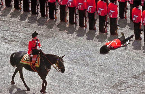 暑さのあまり倒れるイギリス近衛兵