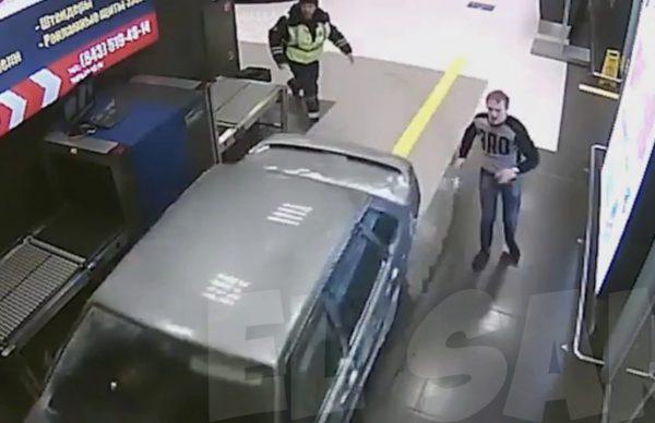 ロシアの空港内を暴走する車