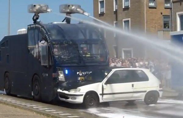 オランダ警察の水噴射砲?付きの装甲車