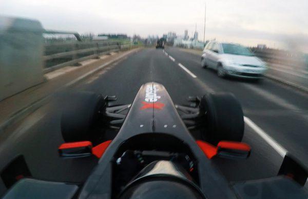 F1マシンで公道を疾走!途中でドライブスルーもw
