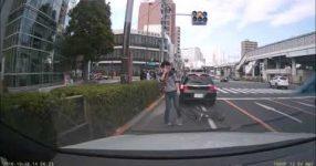 DQN自転車が調子に乗って車を煽り大転倒